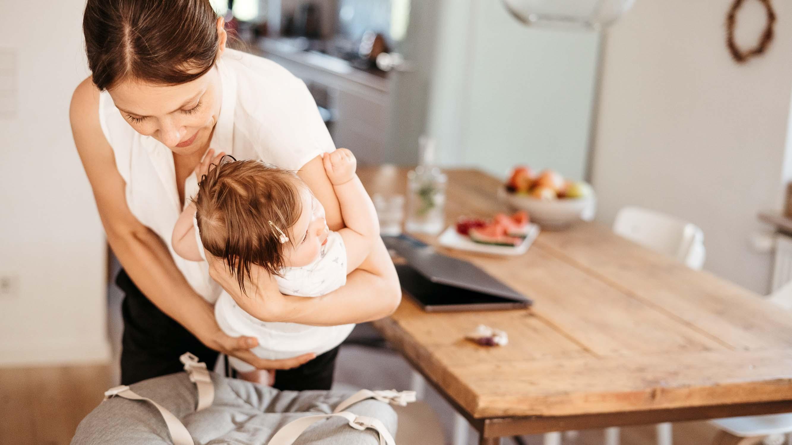 Das Kind Kann Einfach Von Der Mama In Das Weiche Nest Des Nomi Baby Gelegt Werden.