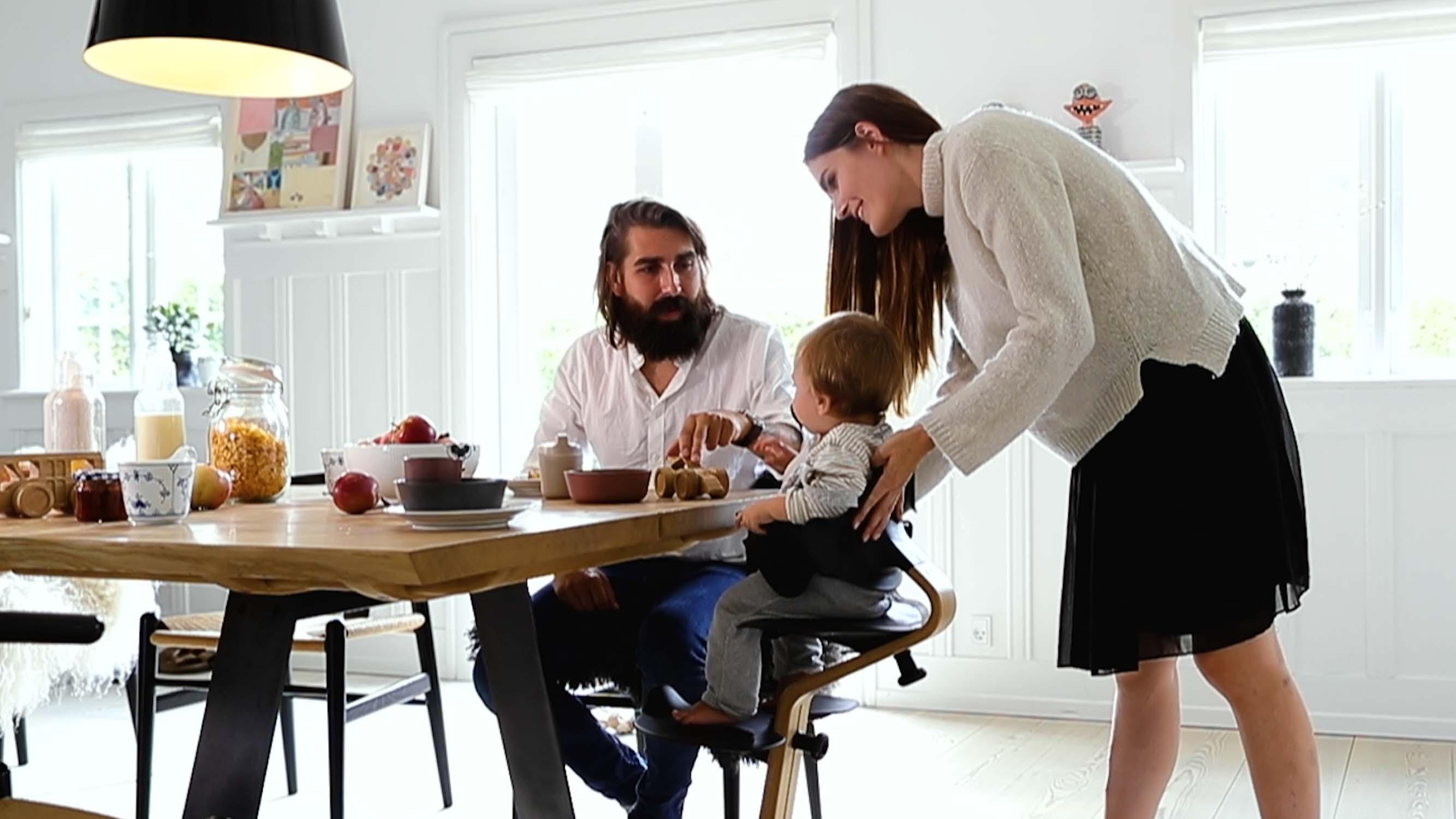 Der Nomi Mini Kann So An Den Tisch Geschoben Werden, Dass Das Kind In Den Familienalltag Integriert Wird.