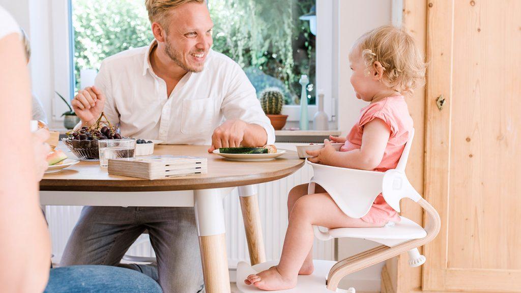 Ferienhaus Papa mit Kind am Tisch